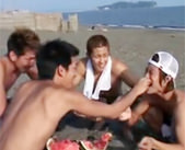 【BL 女性向け】大学生イケメンが海で自由気ままに遊んでいると、えっちな悪ふざけが始まるのでした♥