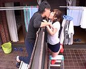 白昼堂々ベランダ越しにお隣のイケメンとキス。ドキドキしちゃう恋する気持ちは止められずこっそりいけない関係になっちゃお