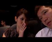 映画館で鑑賞中、興奮してきちゃった彼女♪彼は「バレちゃうよっ!」と言いいながらも・・・ 女性向け無料アダルト動画