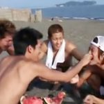 【BL】大学生イケメンが海で自由気ままに遊んでいると、えっちな悪ふざけが始まるのでした♥