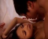 【しみけん】ホテルの部屋の大きなベッドでがっちり裸で抱き合ってイチャラブしちゃう