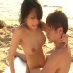 【無修正 小田切ジュン】南の島で開放的にビーチサイドの砂浜で日の光を浴びながら激しく彼のモノを受け止めて感じるセックス