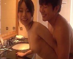 【志戸哲也】ラブラブ全開♡幸せいっぱいの新婚セックスはホテルのバスルームから洗面所でバックからピストンで突きまくり♪