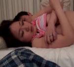 一人暮らしの息子と一緒に寝る事に…ベッドの上でムラムラしこっそりオナニーしていると、床で寝る夫の横で興奮した息子といけない禁断えっちを…♪ 女性向け無料アダルト動画